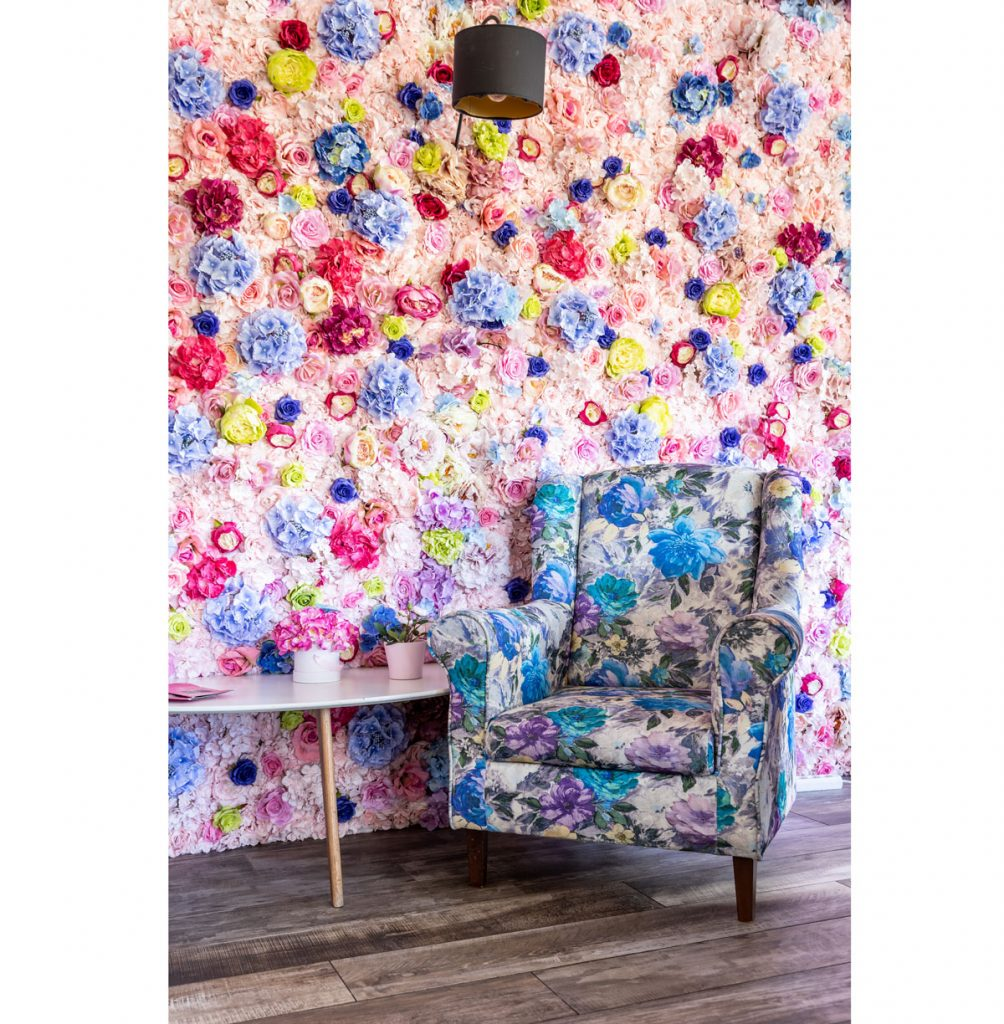 kvetinová stena a kvetinové kreslo s kaviarni Pink Garden