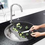 Ako zariadiť malú kuchyňu: Sklenená doska na krájanie vyrobená na mieru ako prekrytie drezu pre jednu osobu