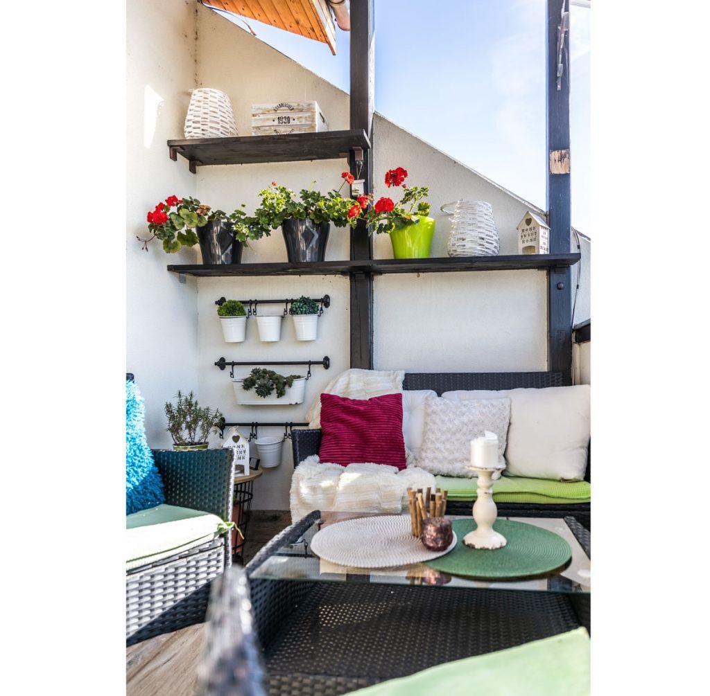 terasa so sedením a policami na kvety v podkrovnom byte
