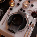Vianočné prestieranie: čierne riady, biely behúň, striebro a sklenené svietniky