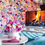 kvetinová stena a modré sedačky v kaviarni Pink Garden
