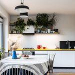 kuchyňa s minimalistickou bielou kuchynskou zostavou so žltou pracovnou doskou