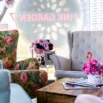 kvetinový ušiak v kombinácii so sivým a modrým v kaviarni pink garden