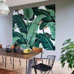 botanický štýl v interiéri: jedáleň s tapetou s motívom banánových listov