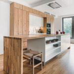 Kuchyňa v dreve s ostrovčekom s úložnými priestormi