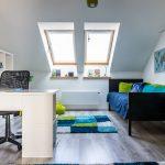 Chlapčenská izba v podkroví s čiernou posteľou a vo farbách modrej, zelenej a bielej