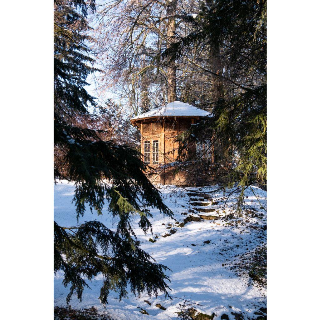 drevený vyrezávaný altánok v storočnej záhrade