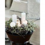 """Vianočná dekorácia v štýle """"nordic hniezda"""" zložená zo sviečok, vianočných gúľ, machu"""