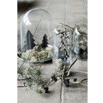 Vianočná dekorácia v podobe krajinky vytvorenej z machu a ďalších dekorácií umiestnených pod skleneným krytom