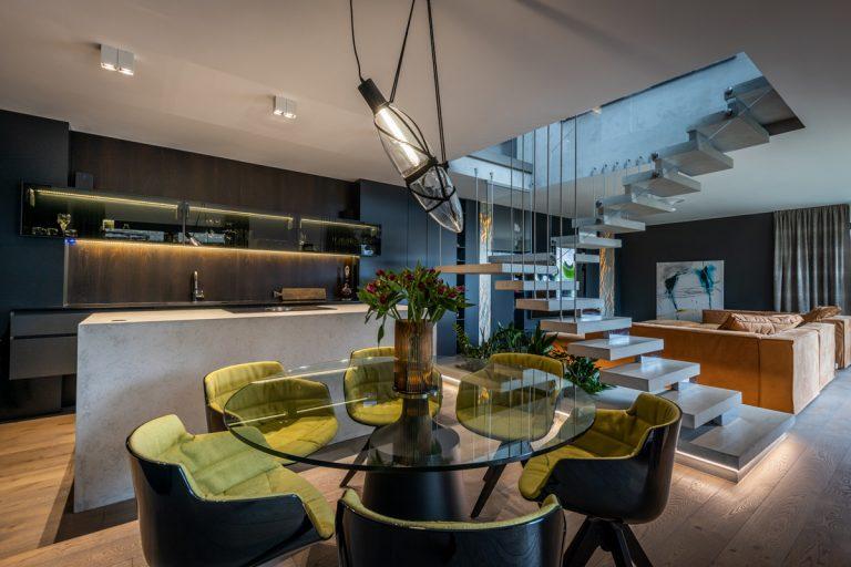 Najobľúbenejšie interiéry roka 2020: dom, v ktorom dominuje čierna farba a luxusné materiály