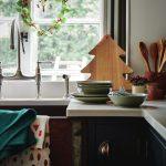 Kuchynská linka s vianočným motívom v podobe drevenej dosky na krájanie v tvare stromčeka