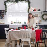 Vianočná kuchyňa s girlandou na okne a tradičnou červenou farbou na dekoráciách