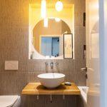 Kúpeľňa s obkladom v zemitých tónoch