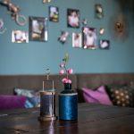 Detail vázy a svietnika v mačacej kaviarni Ragdoll Café