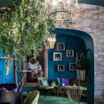 Kaviareň Ragdoll Café: Interiér kaviarne v sýtych tmavých odtieňoch modrej, zelenej a fialovej s dizajnom motívu mačiek