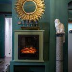 Kaviareň Ragdoll Café: Časť kaviarne s krbom, zlatým zrkadlom a škrabadlom pre mačky