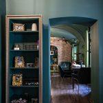 Kaviareň Ragdoll Café: Pohľad do miestnosti mačacej kaviarne cez oblúkový otvorený priechod.