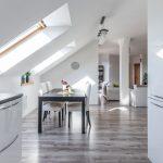 Pohľad z kuchyne do otvoreného priestoru jedálne a obývačky podkrovného bytu