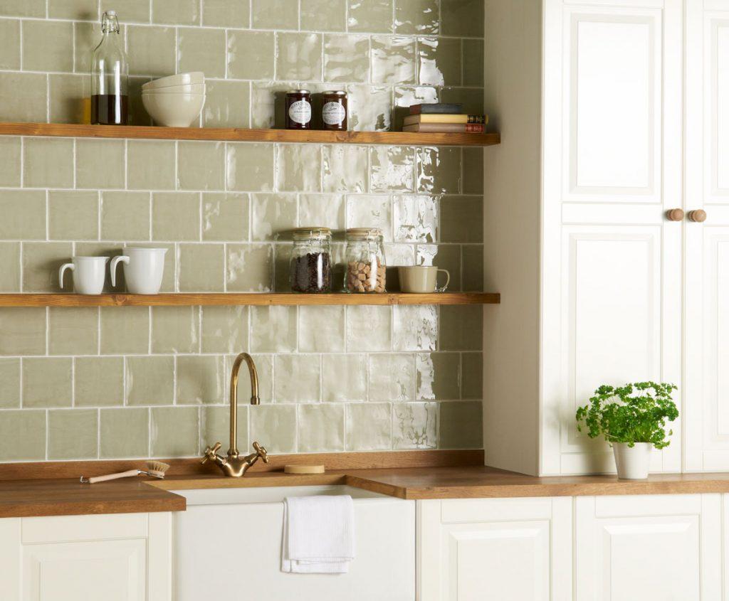 Interiérové trendy roka 2021: vintage kuchyňa s otvorenými policami a zeleným obkladom