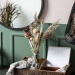 Interiérové trendy roka 2021: vintage drevená krabica na drobnosti so sklenenou vázou so sušenými kvetmi