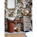 Interiérové trendy roka 2021: Kúpeľňa s tapetou s motívmi tropických listov