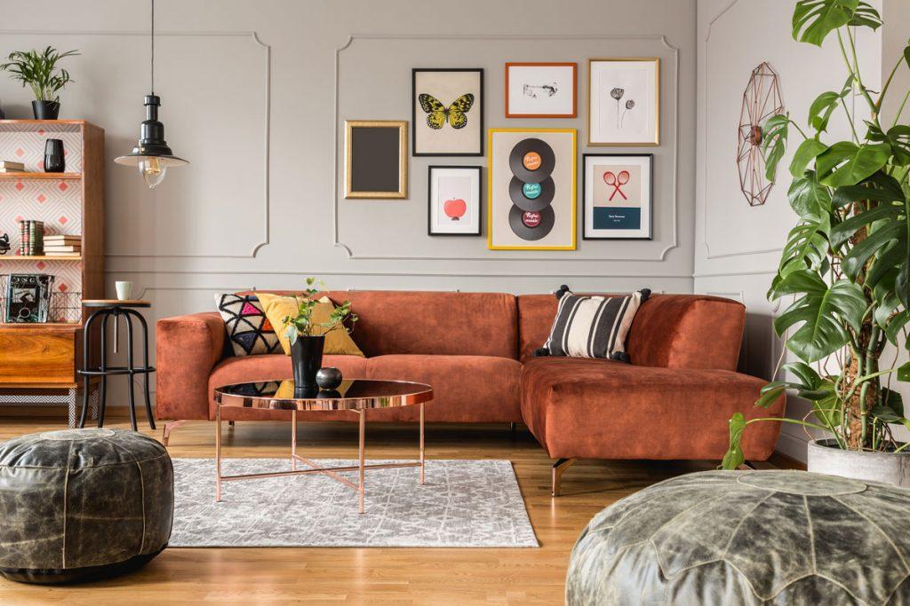 Interiérové trendy pre rok 2021: Obývačka v zemitých odtieňoch a vintage štýle