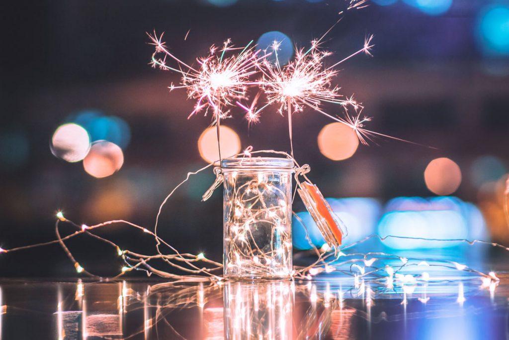 Novoročné prianie online a printovej redakcie časopisu Pekné bývanie: prskavky v pohári