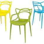 Ako zariadiť malú kuchyňu pre jednu osobu: farebné ľahké plastové stoličky s možnosťou stohovania