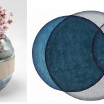 Interiérové trendy roka 2021: váza z farebného skla skombinovaného s masívnym mangovým drevom a vlnený koberec so vzorom kruhov