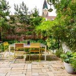 Obnovená mestská záhradka vo vnútrobloku s terasou na sedenie a pestrými výsadbami