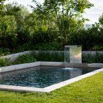 vodný prvok s prepadom v minimalistickej záhrade