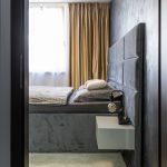 minimalistická spálňa s čalúnenou posteľou so samonosným čelom
