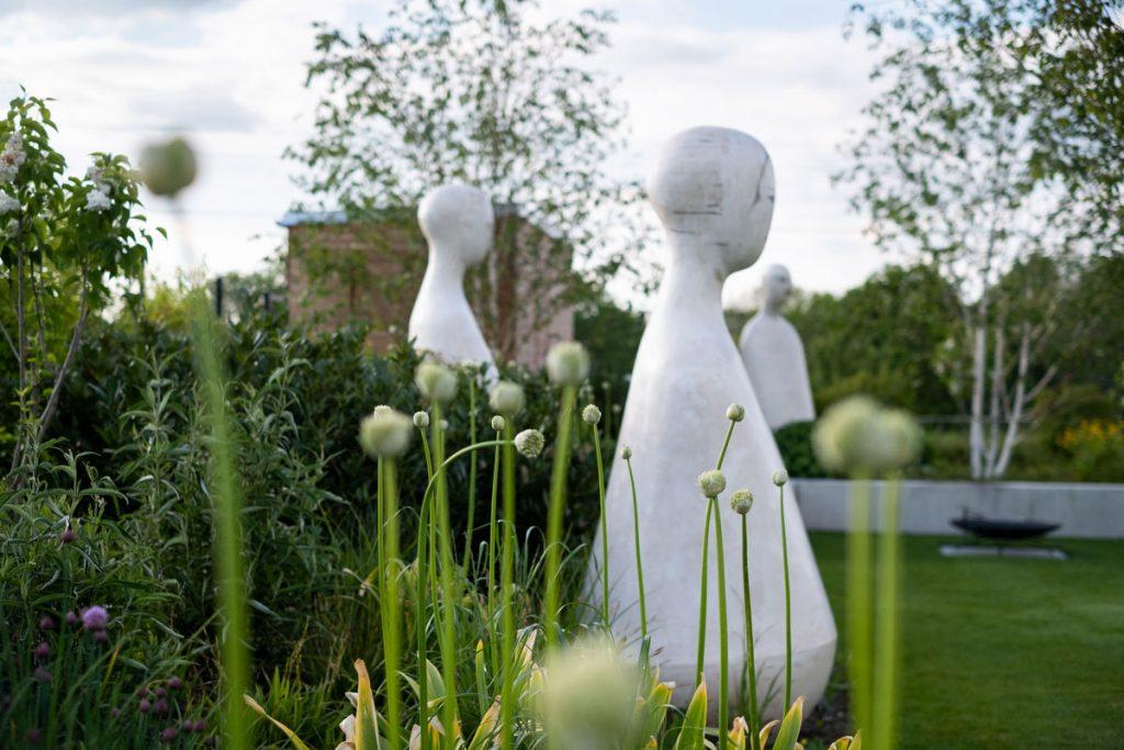 záhrada pri rodinnom dome so sochami od autorky Jany Schlosserovej