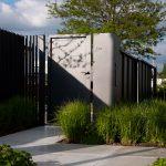 vstupný priestor do záhrady s podrastovou zeleňou a veľkoformátovou betónovou dlažbou