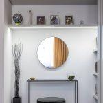 Výklenok v spálni s úložnými priestormi, stolíkom a okrúhlym zrkadlom.