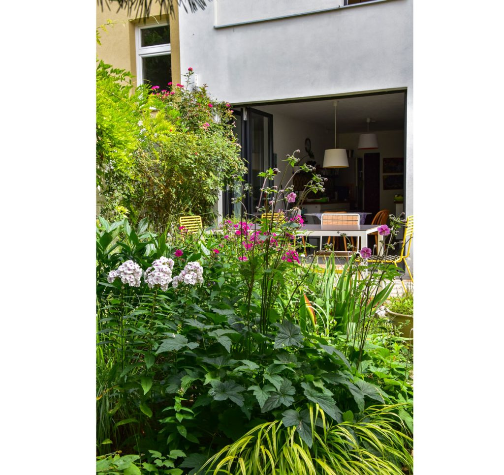 neformálna výsadba trvaliek v záhrade vo vnútrobloku Atelieru Partero