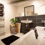 elegantná kúpeľňa s čiernym obkladom