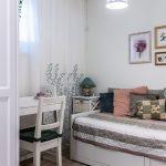 malá izba s rozťahovacou bielou lavicou slúžiacou na sedenie aj spanie a bielym stolíkom so stoličkou