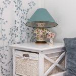 Detail úložného stolíka s boxami a romantickou kvetinovou lampou