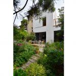 Budova Atelieru Partero so záhradkou