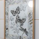Detail kúpeľne v podobe obrazu s motívom motýľov a rastlín