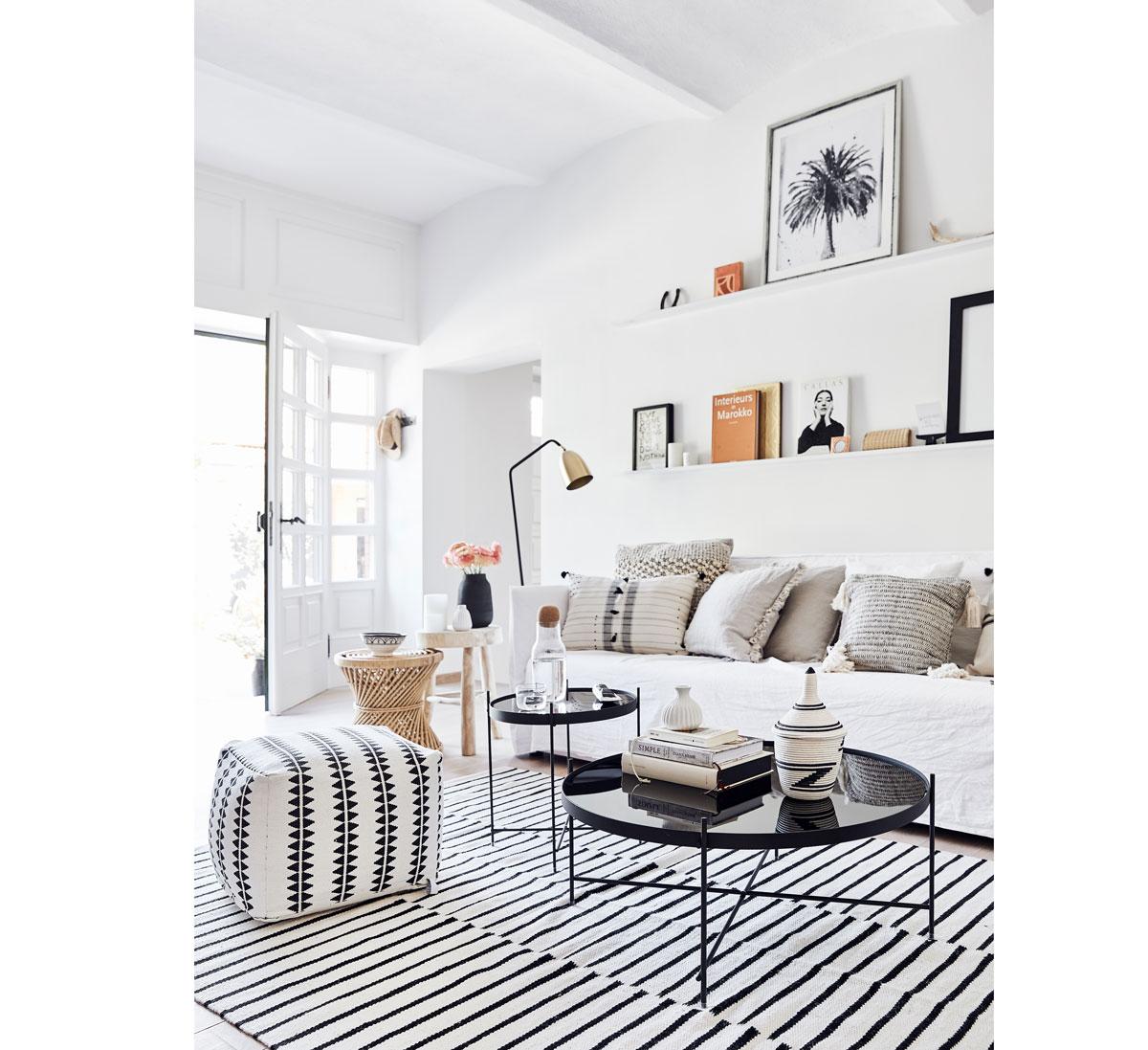 šesť trendov pre obývačky: v prírodnom škandinávskom štýle v neutrálnej kombinácii bielej a čiernej