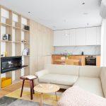 nadčasový neutrálny interiér v minimalistickom škandinávskom štýle so stenou s úložnými priestormi v obývačke, ktorá plynulo prechádza do kuchynskej linky