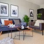 pánsky interiér obývačky s čalúnenou sedačkou a koženým kreslom, zelenými rastlinami a obrazmi s motívom koní.