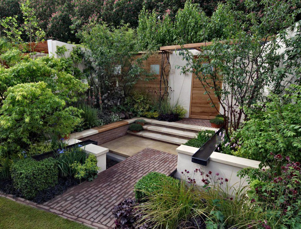 Ako vyriešiť malú záhradu: Záhrada bez trávnika, s terasou a zeleňou z trvaliek a drevín
