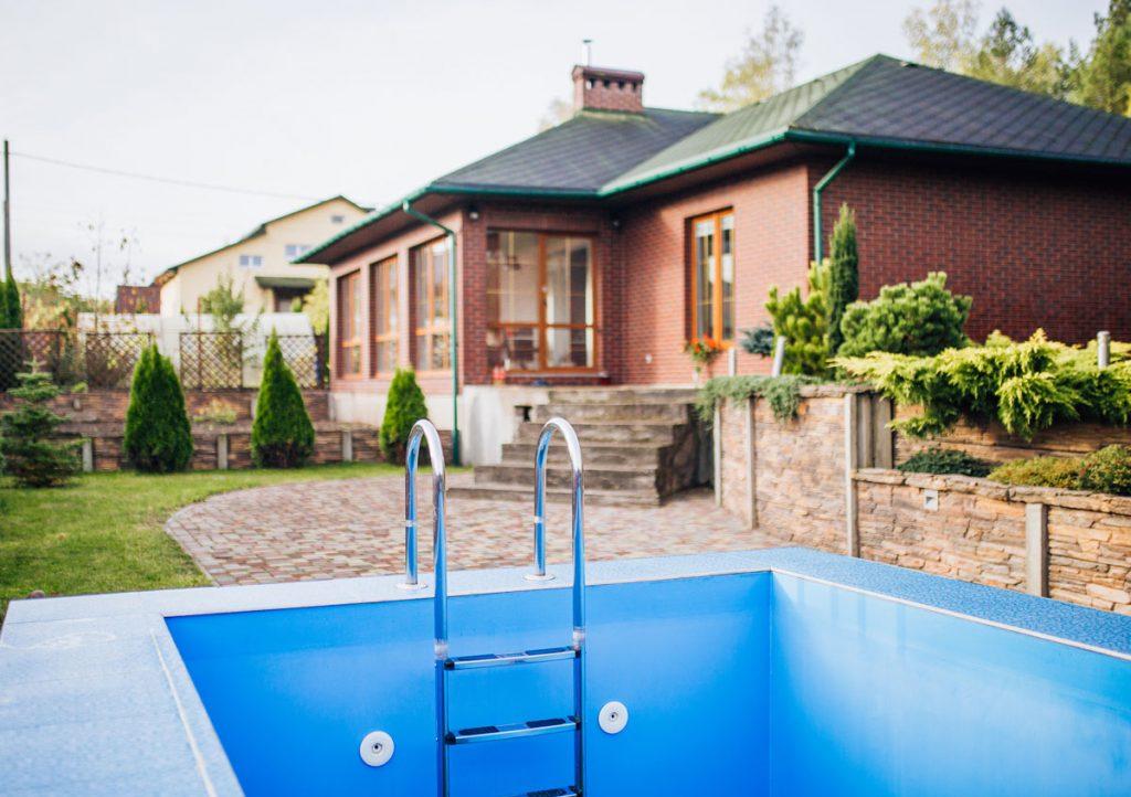 Ako pripraviť bazén na novú sezónu: rodinný dom s vypusteným bazénom