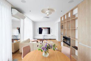 Naoko jednoduchý dizajn tohto bytu prekvapí množstvom precíznych detailov