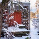 Menšia drevená stavba na pätkách slúžiaca ako záhradný altánok