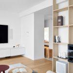 detail obývačky v neutrálnych farbách bielej a hnedej