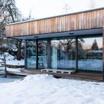 vodná plocha prírodného kúpacieho jazierka pritiahnutá až k terase rodinného domu